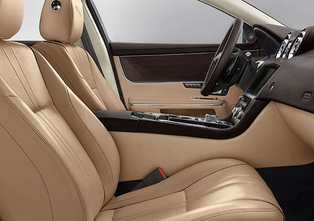 premium_luxury_XJ_16MY_078_LUXURY_LHD-MODEL_DISPLAY-desktop-1366x720.jpg