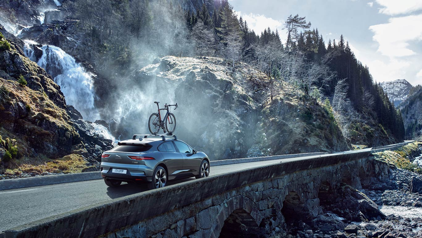 UNMISSABLE ADVENTURES. THE OPTIONAL I-PACE ROOF-MOUNTED CYCLE CARRIER. (European model shown)