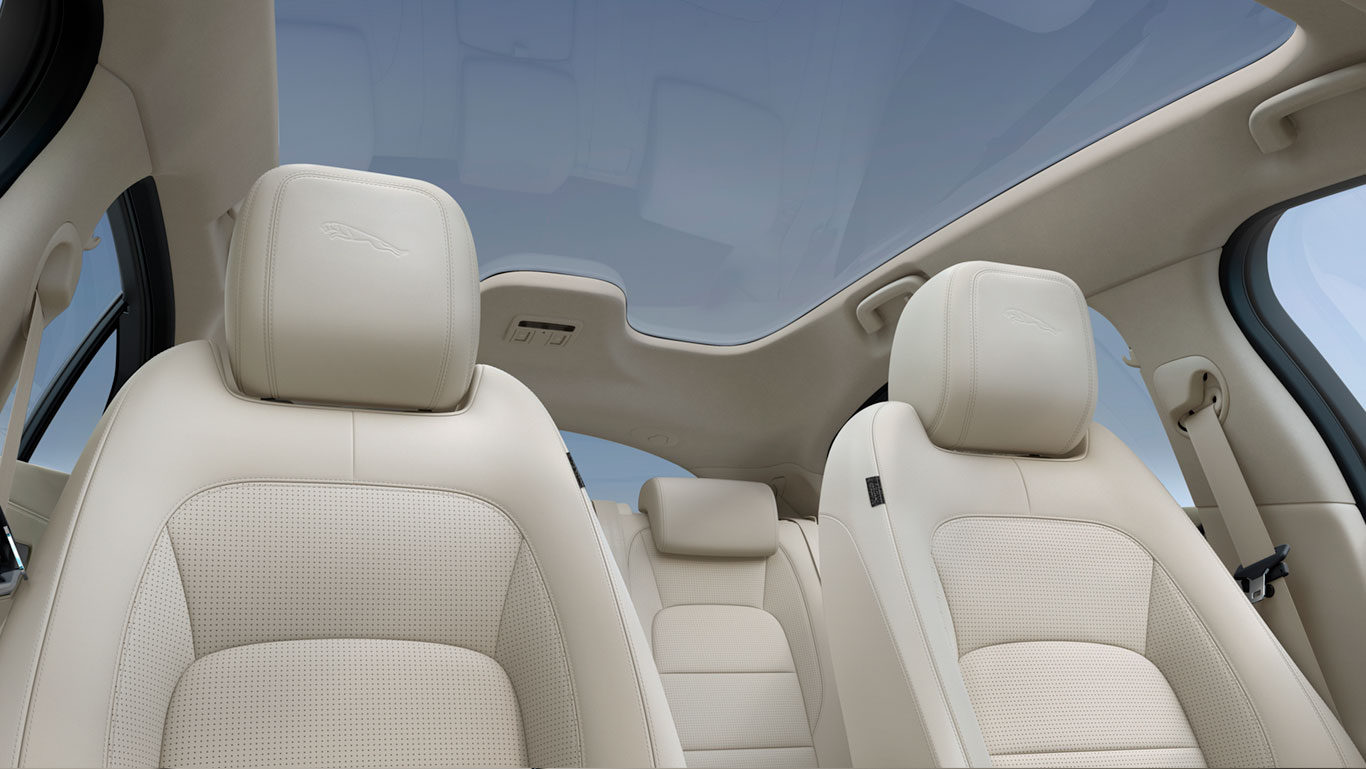 THE PANORAMIC ROOF FLOODS THE I-PACE INTERIOR WITH NATURAL LIGHT