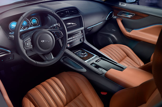 Interior view of the Jaguar F-PACE, as well as the steering wheel, dashboard and information system.