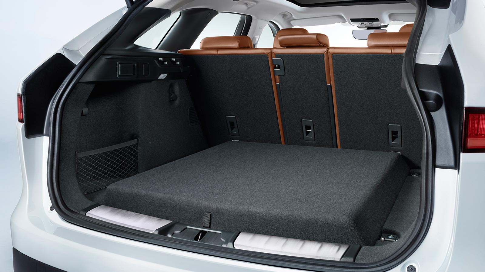 F-PACE 18MY DFC - Slide 2 - Reversible Loadspace Floor