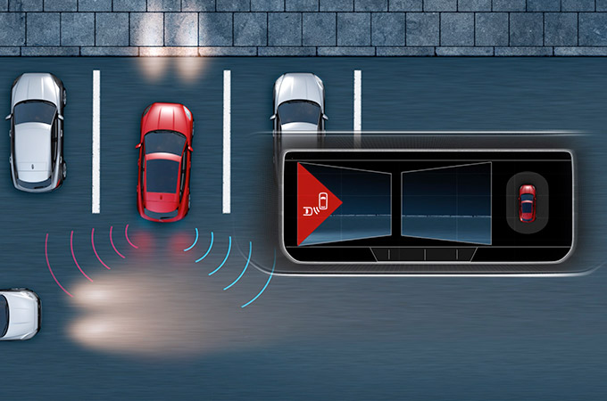 Diagram showing the Jaguar E-Pace Rear Traffic Monitor detecting hazards as the E-Pace reverses out of a parking bay.