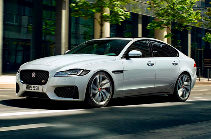 Jaguar XF Driving In City - LIGHTWEIGHT, INSTINCTIVE, RESPONSIVE.